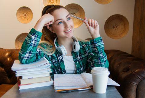 uczennica z zeszytami i książkami